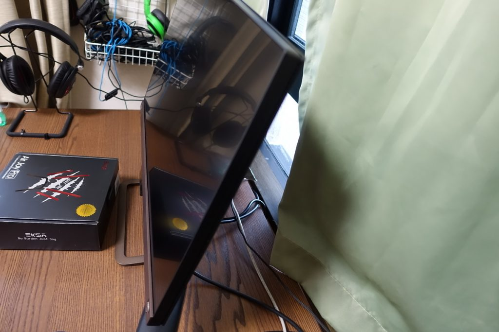 モニターの台が上下チルトの可動しか対応していない