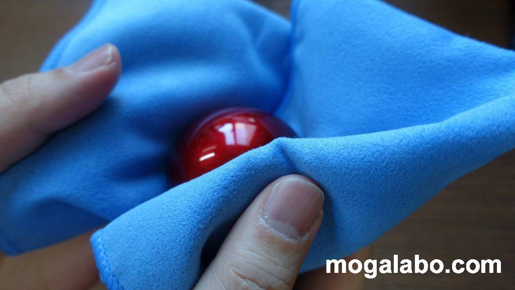 スーパークレポリメイトを拭くませて操作球を磨く