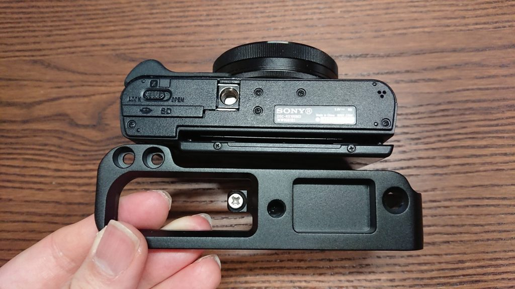 カメラ側の1/4のネジ穴がズレる