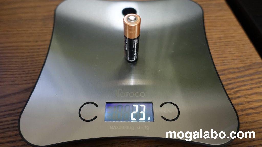電池を入れる分、重くなるデメリットも。ただし解決策はあり。