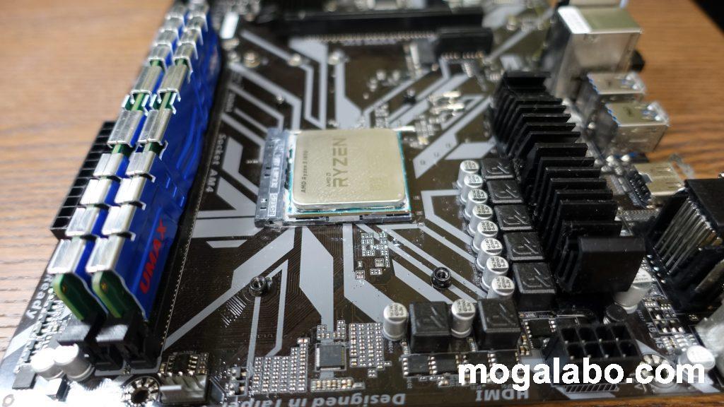 AMDのバックプレートは取り外さず、そのまま使用